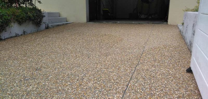 intrare curte, garaj in beton dezactivat